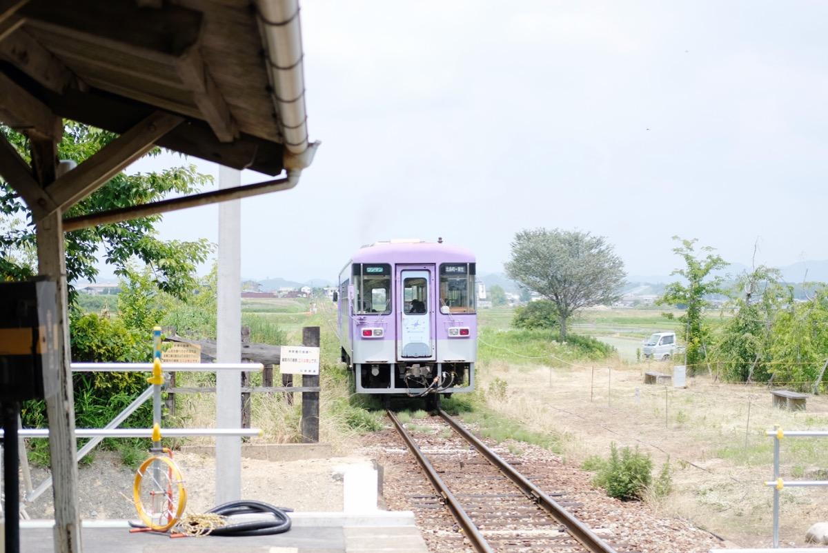 駅から出て行く電車